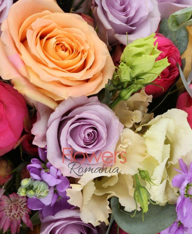 7 trandafiri piano roz, 5 matthiola mov, 10 trandafiri mov, 4 trandafiri portocalii, 5 lisianthus mov, 3 lisianthus roz, 5 astranția roșie, 2 eucalypt