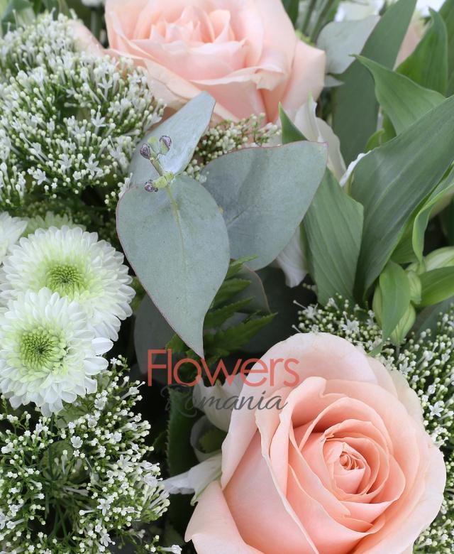 10 trandafiri peach avalanche, 5 alstroemeria alba, 5 trachelium alb, 10 santini alb, 3 eucalypt, 5 salal