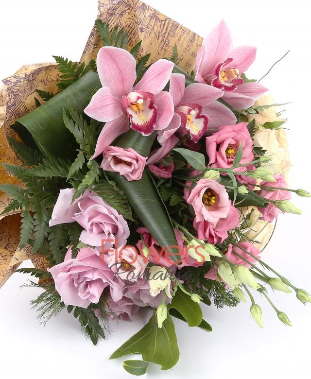 5 trandafiri roz, 3 miniroze crem, 3 lisianthus roz, 1 cymbidium roz, suport cuib, filodendron, asparagus, beargrass
