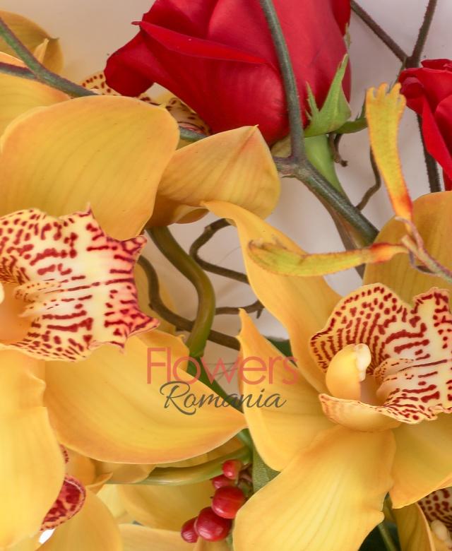 1 orhidee cymbidium, 3 trandafiri rosii, 3 hypericum roșu, 1 anigozanthos, corylus, 2 eucalypt, 1 aralia, 3 salal