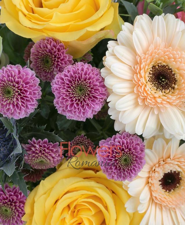 3 trandafiri galbeni, 3 santini mov, 3 gerbera crem, 3 lisianthus roz, 1 eryngium, 3 cupe orhidee cymbidium verde, 5 salal, 3 eucalypt, cuib