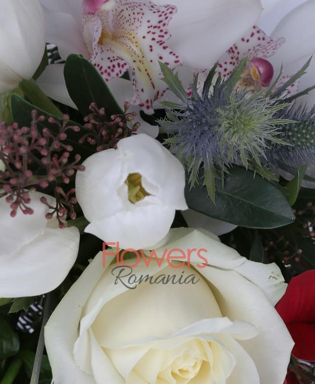 3 trandafiri albi, 5 lalele albe, 1 cymbidium alb, poisentia, eryngium, corilius, brad, eucalypt, vas ceramic