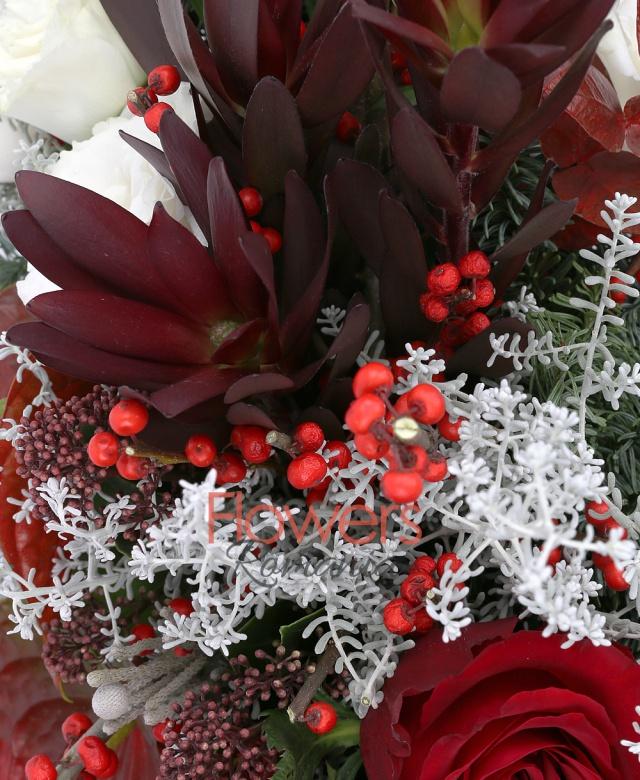 3 trandafiri rosii, 2 ilex, 2 anthurium rosii, 3 leucadendron, 3 lisianthus alb, 2 schimia, brad, eucalypt, coș