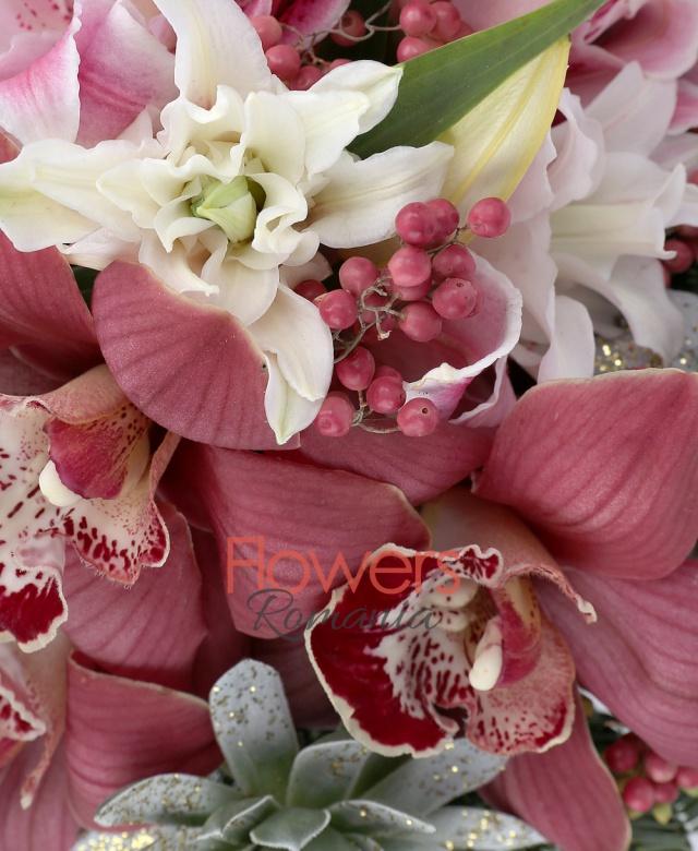 3 cupe cymbidium rosii, 2 echeveria albe, 1 piper roșu, 2 crini imperiali roz, brad, eucalypt, vas ceramic