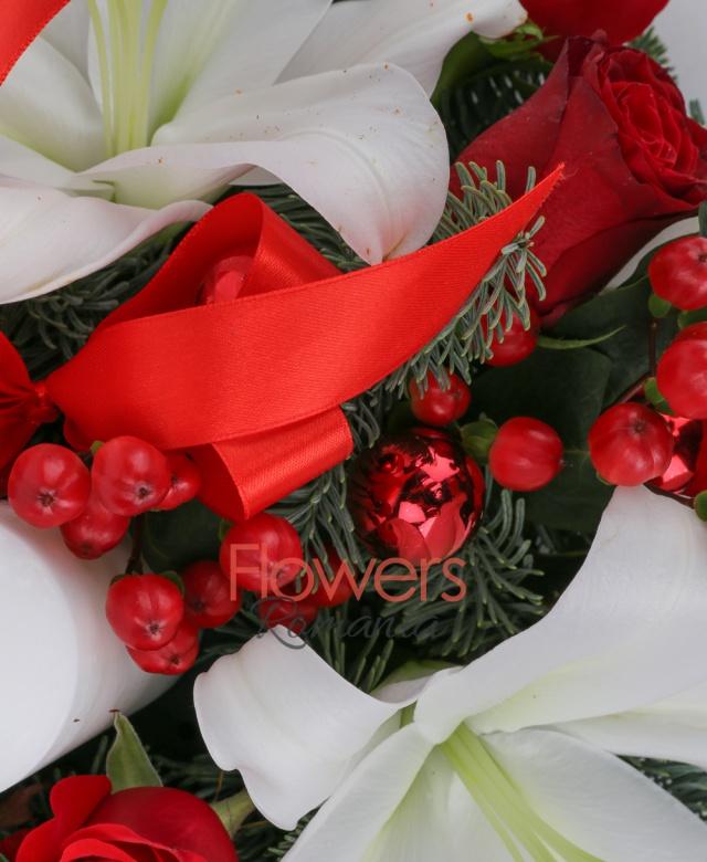 11 trandafiri rosii, 8 hypericum roșu, 2 crini albi imperiali, lumânare, globuri, brad, vas ceramic