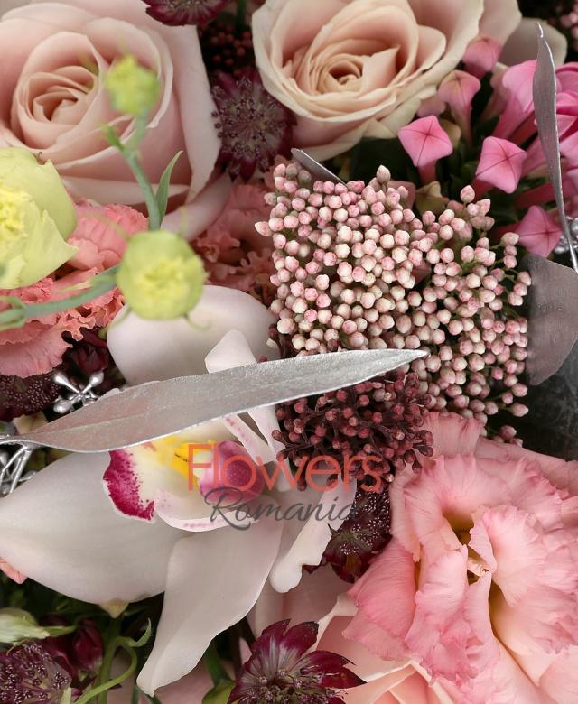 17 trandafiri roz, 9 lisianthus roz, 6 bouvardia roz, 5 delphinium, 5 astranția roșie, 3 schimia, 7 floare orez, 5 cupe orhidee cymbidium, eucalypt, salal, aralia