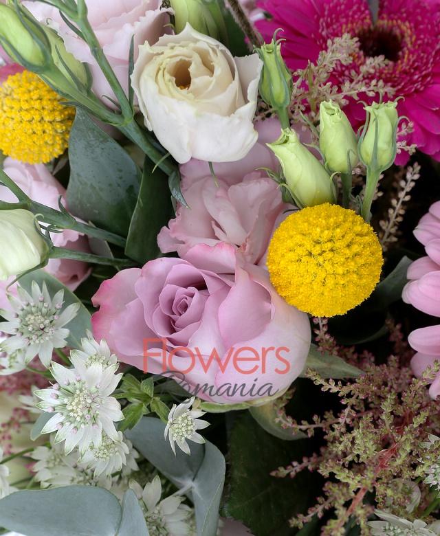 5 gerbera ciclam, 3 lisianthus roz, 5 trandafiri mov, 3 craspedia galbene, 5 astilbe roz, 5 astranția alba, eucalypt, salal