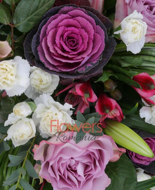 3 trandafiri mov, 3 brassica, 5 minigaroafe albe, 4 alstroemeria rosii, 3 crini roz imperiali, beargrass, aspidistra, eucalypt, vas ceramic