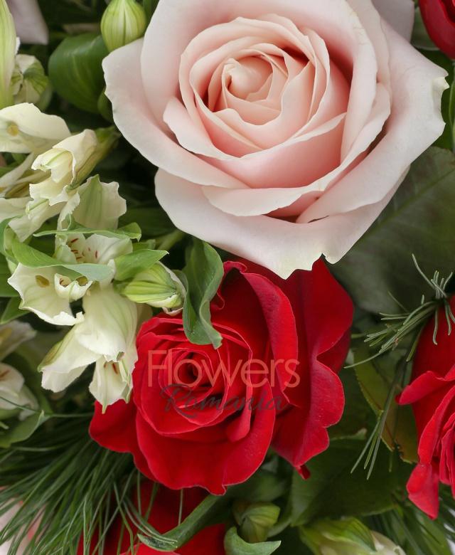 12 trandafiri banan, 11 trandafiri rosii, 8 alstroemeria alba, pin, salal, coș