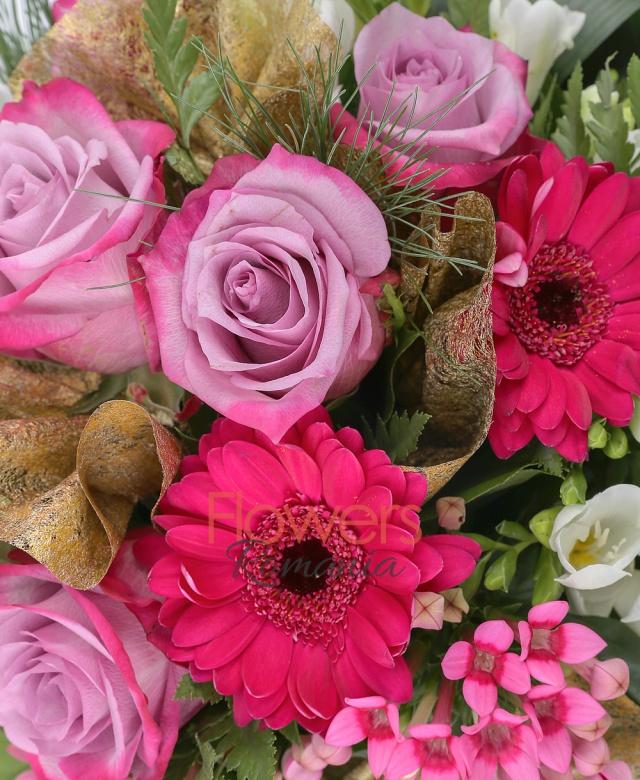 3 gerbera ciclam, 5 trandafiri mov, 3 bouvardia roz, 2 crizanteme albe, 10 frezii albe, aspidistra, salal, pin