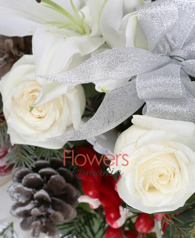 3 trandafiri albi, 1 crin imperial alb, 1 hypericum roșu, 3 lumânări rosii, brad, waxflower, accesorii iarna, vas ceramic
