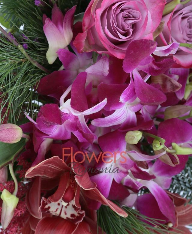 3 trandafiri mov, 2 liatris, 2 alstroemeria roz, 3 orhidee dendrobium mov, 1 fir cymbidium mic grena, 3 astilbe rosii, pin, vas ceramic