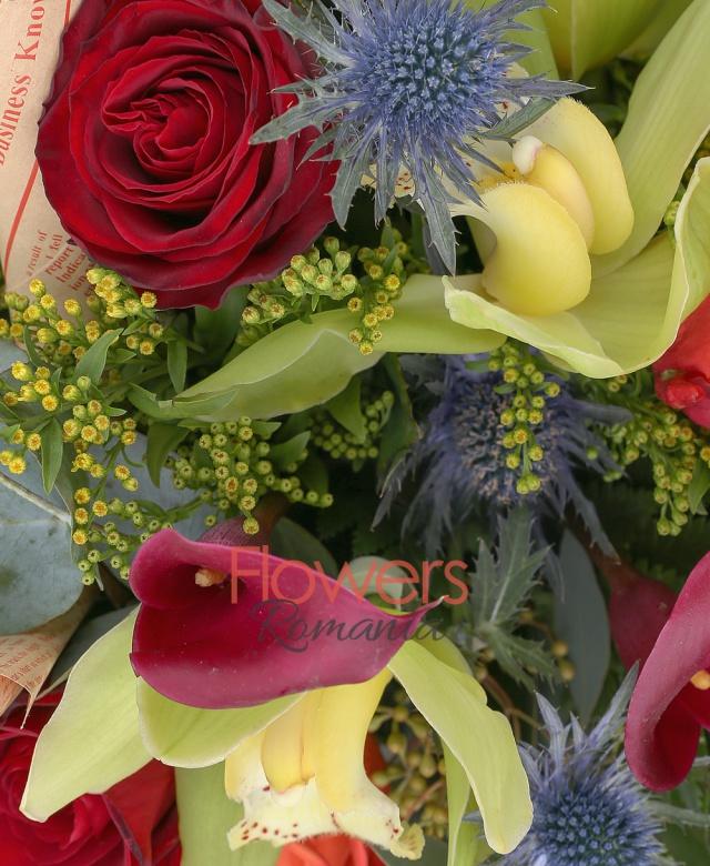 3 cale rosii, 3 trandafiri portocalii, 3 trandafiri rosii, 2 fire eryngium, 2 fire eucalypt, 2 fire solidago, salal