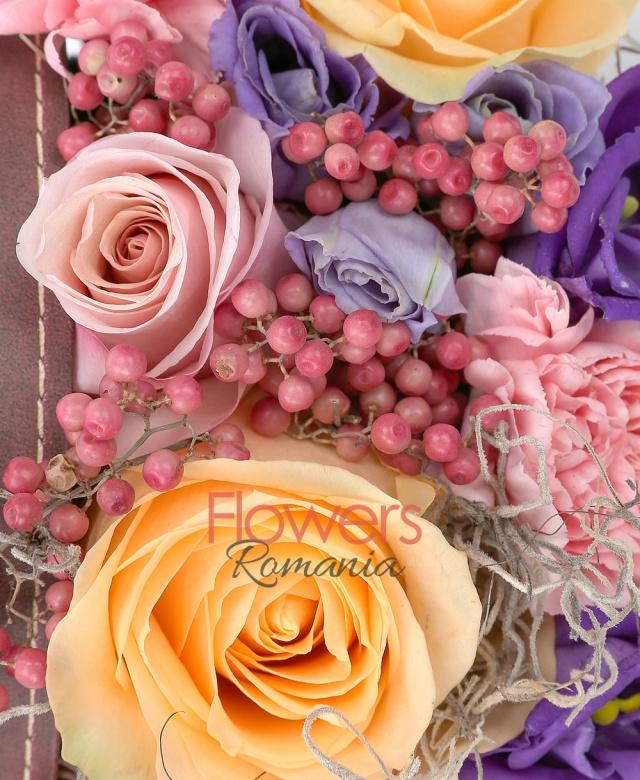 3 trandafiri roz, 2 trandafiri banan, 5 garoafe roz, 2 lisianthus mov, piper roșu, tillandsia, burete, cutie