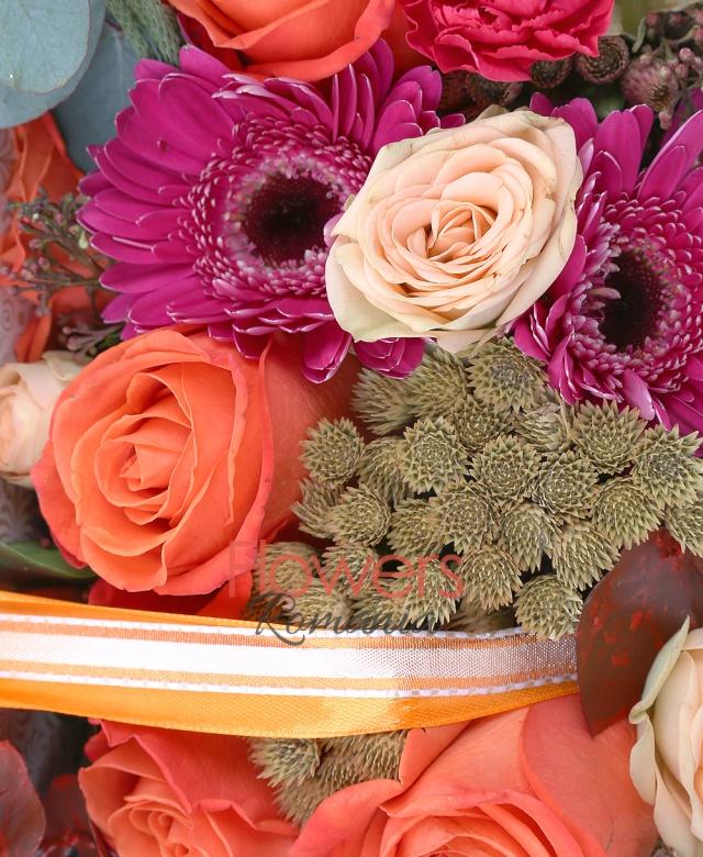 5 trandafiri portocalii, 4 trandafiri banan, 4 minigerbera ciclam, 3 garoafe ciclam, brunia, schimia, eucalypt, tillandsia, burete, carte