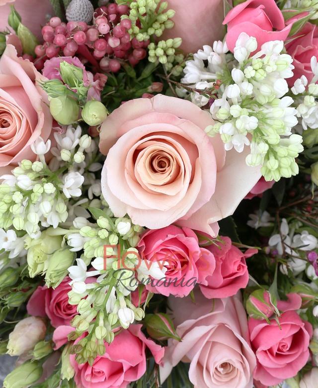 9 liliac alb, 9 trandafiri roz, 5 miniroze ciclam, 5 lisianthus roz, 5 brunia, 5 bouvardia roz, 2 waxflower, piper roșu, eucalypt, salal