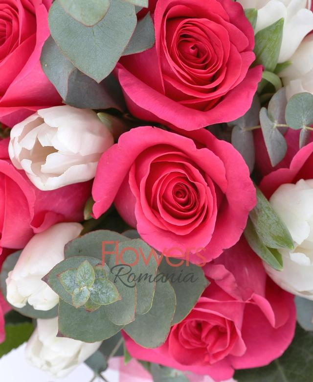 11 trandafiri ciclam, 12 lalele albe, aralia, eucalypt