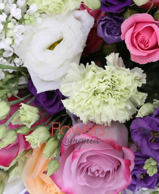 5 liliac alb, 10 trandafiri mov, 5 trandafiri banan, 5 miniroze ciclam, 3 lisianthus alb, 3 lisianthus mov, 10 garoafe verzi, salal