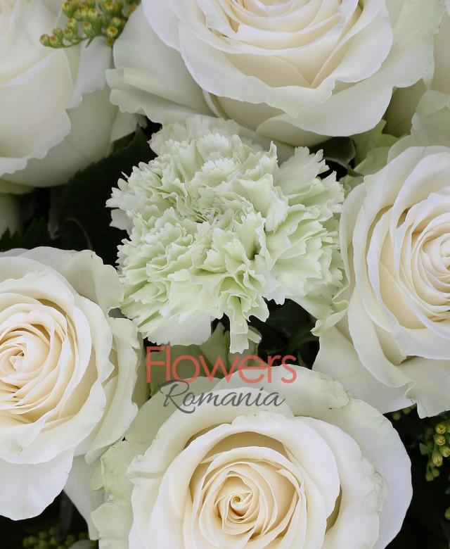11 trandafiri albi, 10 garoafe verzi, 3 solidago, salal