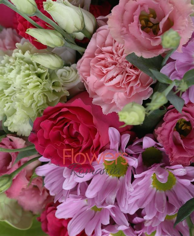 10 trandafiri ciclam, 5 lisianthus roz, 5 garoafe roz, 5 garoafe verzi, 5 crizanteme mov, 2 anthurium verzi, 2 cupe orhidee roz, salal