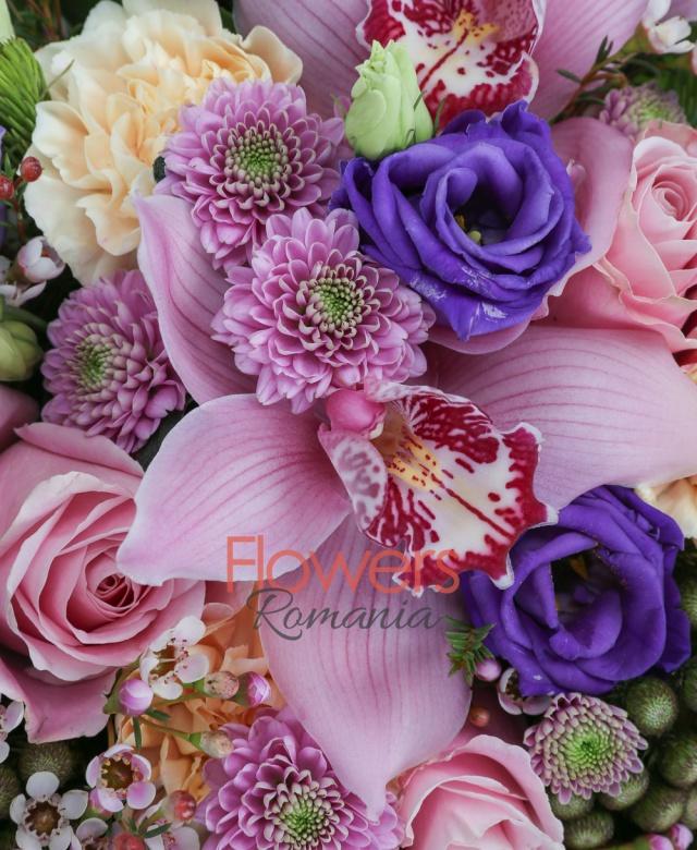 3 trandafiri roz, 5 garoafe crem, 3 cupe orhidee roz, 5 brunia, 2 lisianthus mov, 2 santini mov, waxflower, burete, cutie