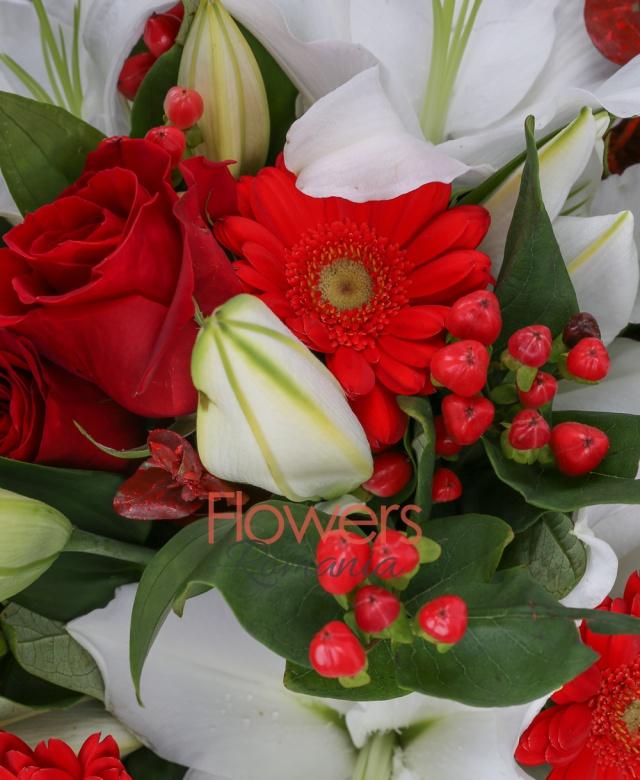 3 crini imperiali albi, 7 trandafiri rosii, 7 gerbera roșie, 3 hypericum roșu, eucalypt