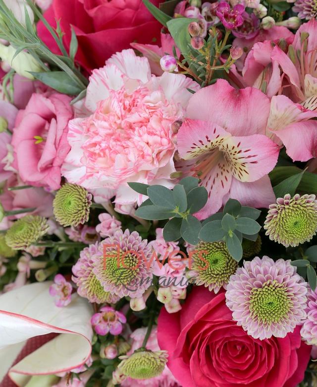 7 trandafiri ciclam, 5 garoafe roz, 10 bouvardia roz, 10 santini roz, 3 alstroemeria roz, 2 anthurium roz, 3 waxflower roz, eucalypt