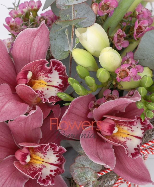 7 lalele albe, 5 frezii albe, 3 cupe orhidee, eucalypt, 1 fir waxflower, coș