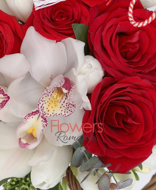 7 lalele albe, 3 cupe orhidee albe, 7 trandafiri roșii, 5 frezii albe, eucalypt, coș