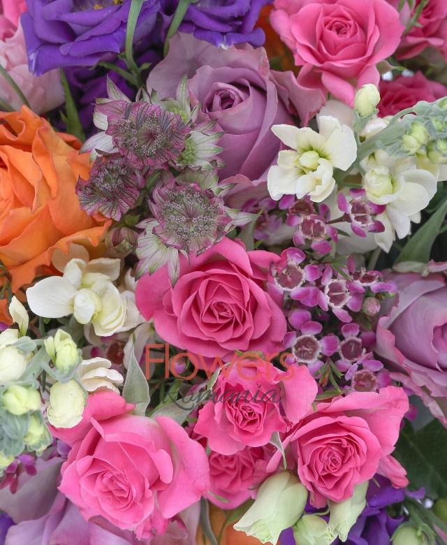 5 trandafiri portocalii, 5 trandafiri mov, 4 miniroze roz, 7 lisianthus mov, 4 lisianthus roz, 5 mathiolla albe, waxflower roz, astranția grena, salal