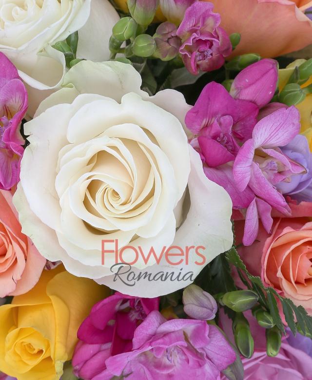 4 trandafiri albi, 5 trandafiri galbeni, 4 trandafiri portocalii, 2 trandafiri mov, 7 frezii mov, 7 frezii ciclam, salal
