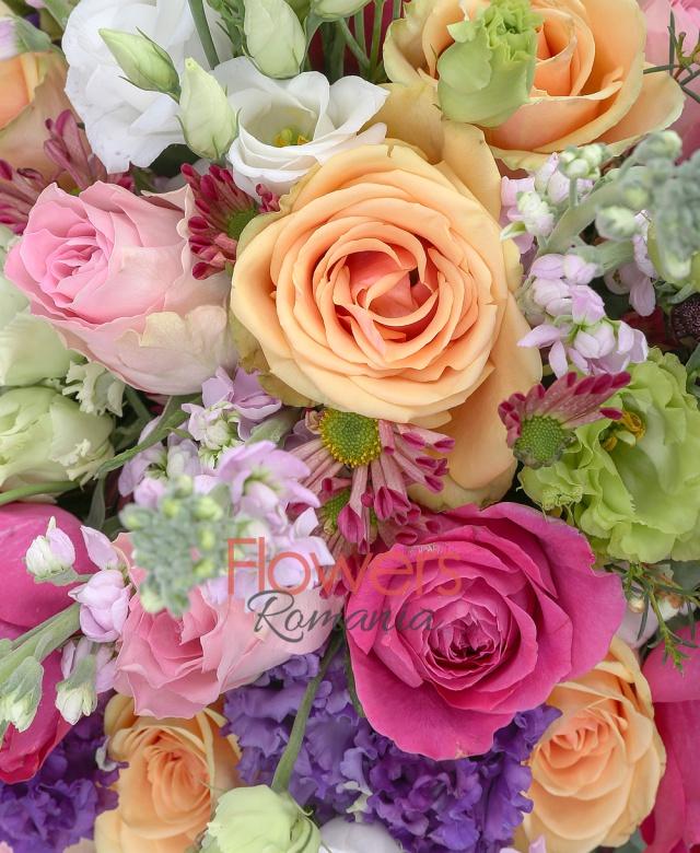 7 trandafiri ciclam, 5 lisianthus verde, 5 mathiolla roz, 4 lisianthus mov, 3 lisianthus alb, 5 trandafiri roz, 3 crizanteme grena, waxflower, salal, eucalipt