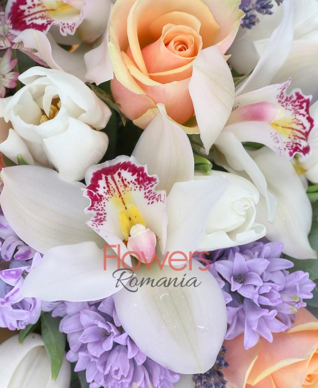 5 trandafiri peach avalanche, 10 lalele albe, 7 zambile mov, cymbidium, 3 astranția roșie, levănțica, eucalipt