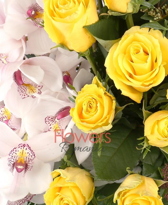39 trandafiri galbeni, 3 cymbidium alb, skhimia, 3 bambus, monstera, frunze salal