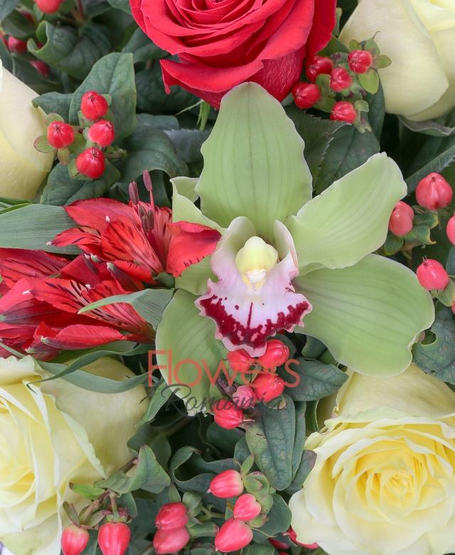 4 trandafiri galbeni, 5 trandafiri rosii, 5 alstroemeria roșie, 5 hypericum roșu, orhidee cymbidium, 2 solidago, 3 aspidistra, eucalypt, cuib
