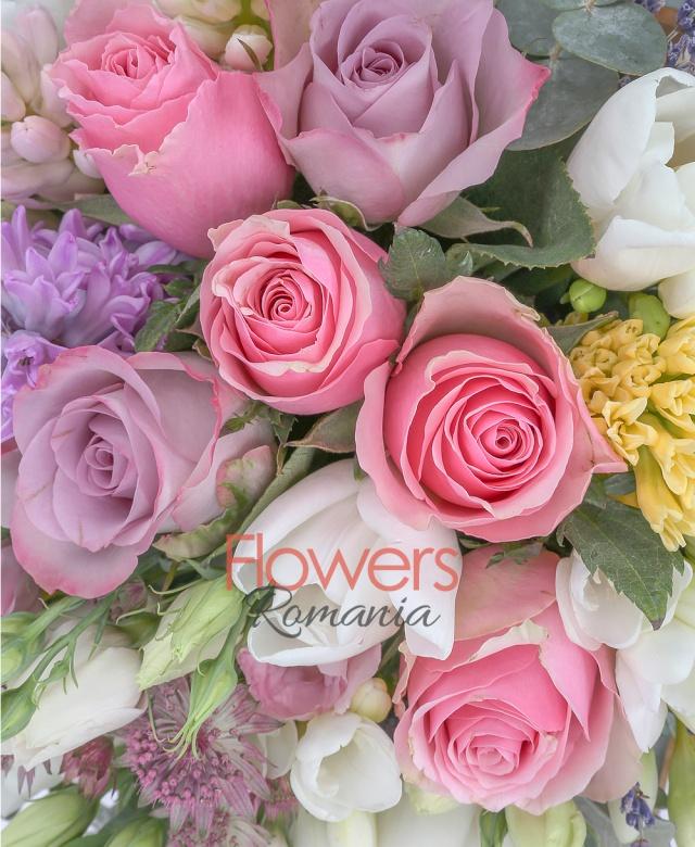 5 trandafiri roz, 4 trandafiri mov, 5 zambile multicolore, 5 lalele albe, 5 lisianthus roz, 5 astranția roz, 5 frezii albe, levănțica, eucalypt