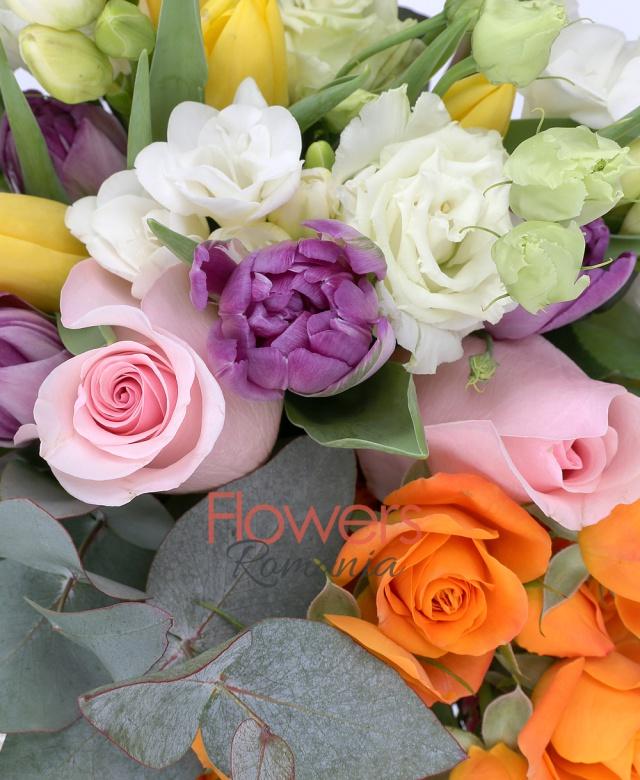 2 trandafiri roz, 3 miniroze portocalii, 4 lisianthus alb, 7 lalele mov, 8 lalele galbene, 7 frezii albe, waxflower roz, eucalypt
