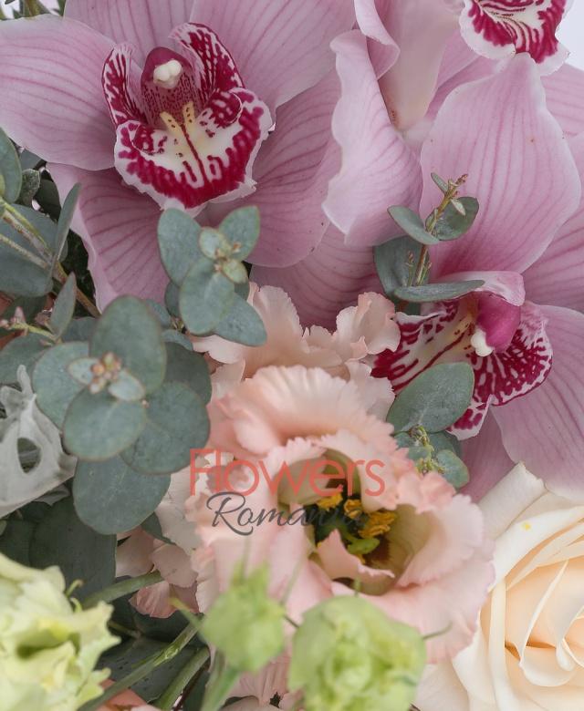 3 trandafiri crem, 3 lisianthus roz, cymbidium roz, 3 eryngium, sticky, eucalypt