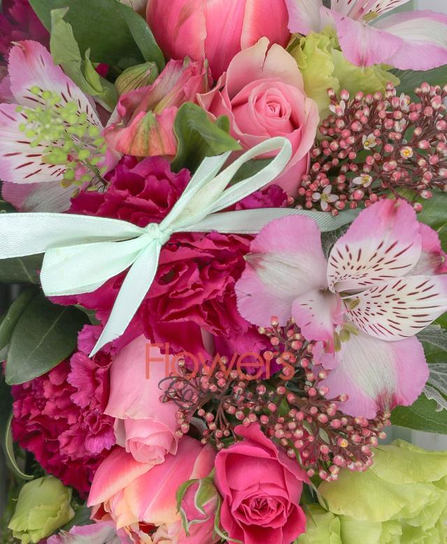 3 trandafiri roz, 2 miniroze ciclam, 5 lalele roz, 2 lisianthus verzi, 2 alstroemeria roz, 3 garoafe ciclam, schimia, sticky, carte