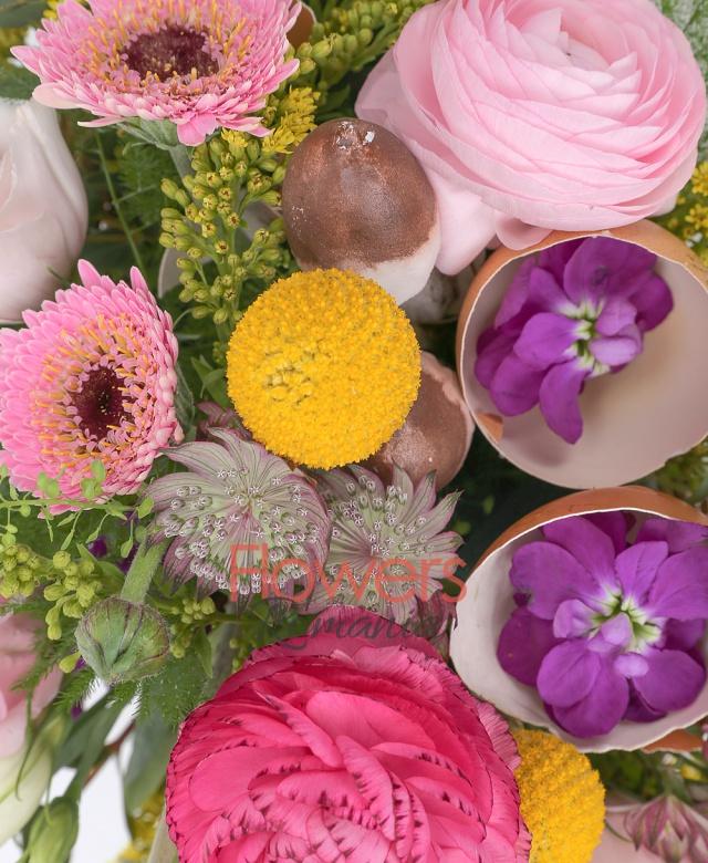 3 gerbera roz, 3 craspedia, 2 mathiolla, 3 ranunculus roz, 3 lisianthus roz, 3 solidago, 2 astranția roz, ciuperci, eucalypt, asparagus, coș