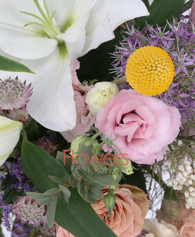 1 crin alb, 3 lisianthus roz, 3 trandafiri capucino, 2 garoafe capuciono, 2 craspedia, 3 floare de orez, 2 alium, 2 astrantia roz, 2 limonium mov, asparagus, eucalypt, cuib