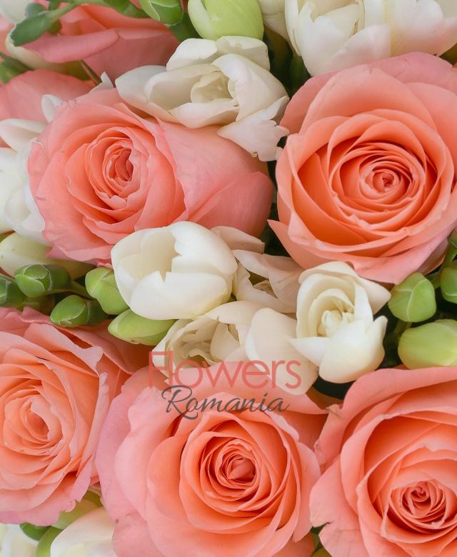 19 trandafiri peach, 24 frezii albe