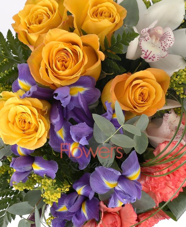 5 trandafiri galben, 5 garoafe portocalii, 1 cymbidium alb, 5 fire iris, solidago, spice pufoase mov, ferigă, eucalypt, beargrass, bețe decorative