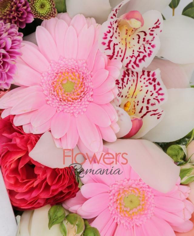 1 crin alb, 2 gerbera roz, 2 lisianthus roz, 2 miniroze roz, cymbidium alb, 1 santini roz, eucalypt, asparagus, cutie