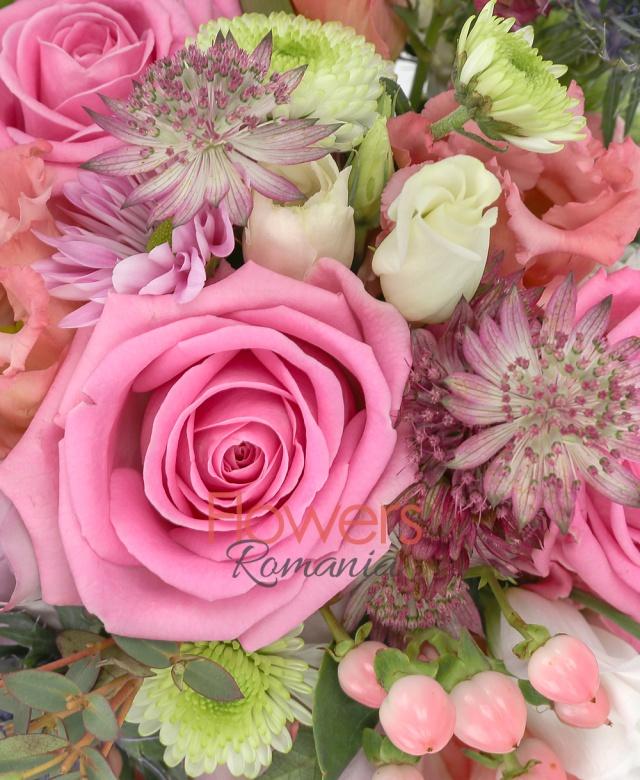 3 trandafiri roz, 2 trandafiri mov, 2 lisianthus roz, 3 hypericum roz, 1 crizantemă roz, 1 santini alb, 1 eryngium, astranția, eucalypt, gypsophila, săculeț