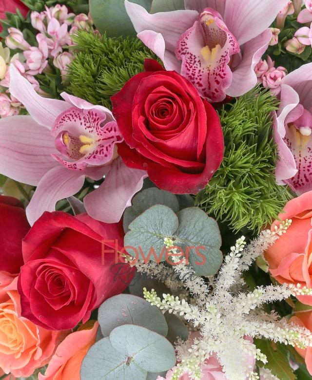 5 trandafiri rosii, 9 trandafiri portocalii, 5 matthiola crem, 3 lisianthus roz, 3 bouvardia roz, 2 garoafe verzi, 4 astilbe albe, cymbidium roz, eucalypt