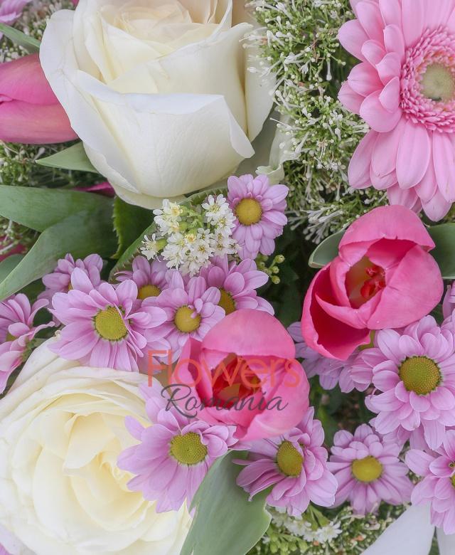 3 trandafiri albi, 3 gerbera roz, 10 lalele roz, 3 santini roz, 4 trachelium alb, 2 solidago, eucalypt, cuib