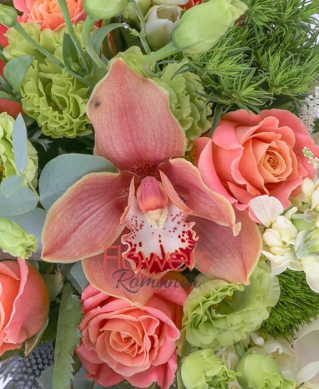 5 trandafiri portocalii, 5 trandafiri banan, 3 miniroze portocalii, 3 matthiola crem, 3 garoafe verzi, 5 cale crem, 3 lisianthus verzi, cymbidium maro, 2 eryngium, 5 frezii albe, 3 astilbe albe, eucalypt