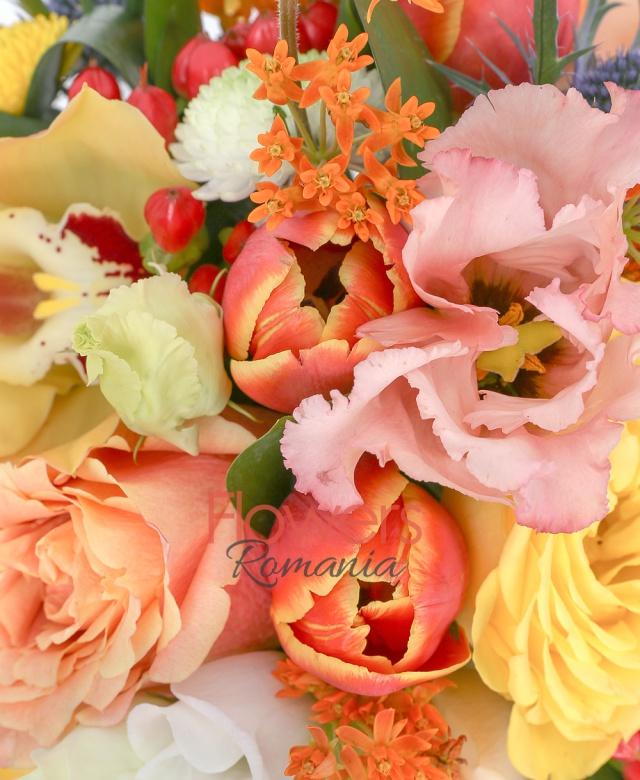 3 trandafiri crem, 2 trandafiri galbeni, 3 lalele portocalii, 1 lisianthus roz, 2 hypericum rosu, 2 santini galben, 1 santini verde, 1 santini alb, 1 lisianthus alb, 1 eryngium, 2 asclepias, vas metalic