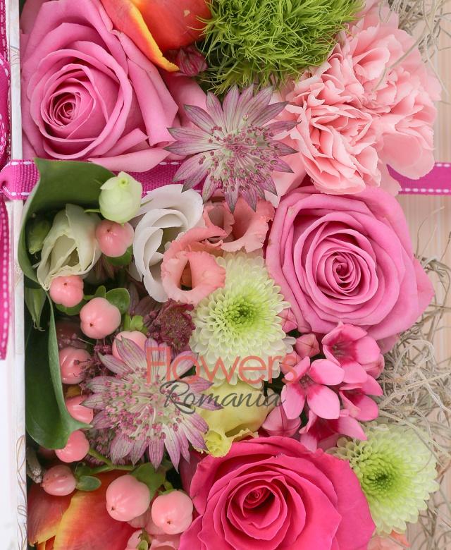 3 trandafiri cyclam, 3 trandafiri roz, 3 lalele portocalii, 3 garoafe roz, 3 garoafe verzi, 2 lisianthus roz, 2 hypericum roz, 1 santini alb, brunia, astilbe roz, 1 eryngium, tillandsia, carte